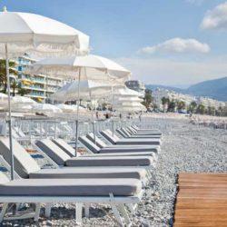Manger et boire un verre les pieds dans l'eau - Plages privées de Nice